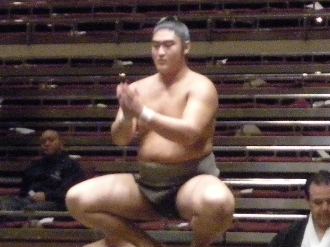 920_004 苦しい体勢の中で勝ち星を上げた序二段力士「佐田の里」さん。 北脇貴士の大相撲甚句