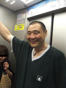 何とエレベーターの中までお見送りに来て下さった琴富士関。(はすまるさん、大爆笑してますね~。)